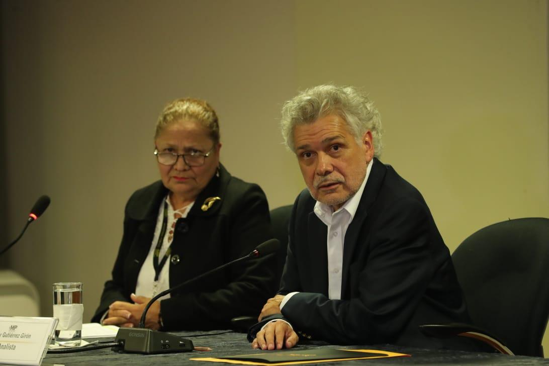María Consuelo Porras, fiscal General, y Édgar Gutiérrez, excanciller, hablan en rueda de prensa sobre la reunión. (Foto Prensa Libre: Estuardo Paredes)