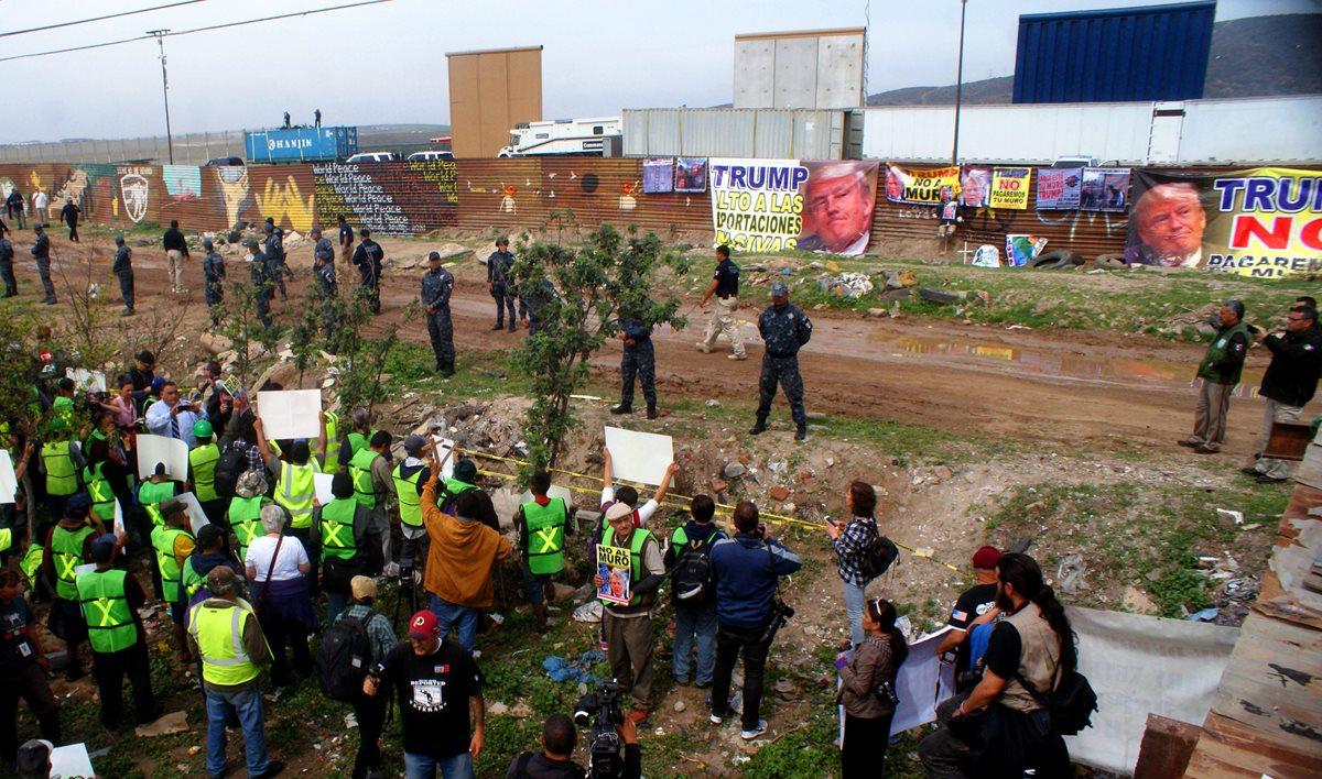 Mexicanos se manifiestan junto a la frontera que delimita a México con territorio norteamericano ante la llegada de Trump. (Foto Prensa Libre: EFE)