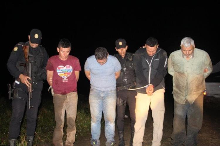 Cuatro hombres fueron capturados en Poptún, Petén, cuando intentaban abandonar una avioneta que aterrizó ilegalmente. (Foto Prensa Libre: PNC)