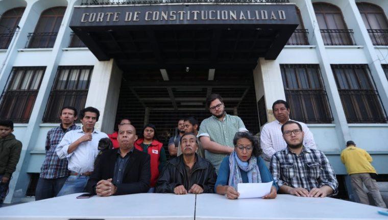Integrantes de los grupo de la sociedad civil que ha denunciado la intención de pretender expulsar a los investigadores de la Cicig. (Foto Prensa Libre: Esbin García)