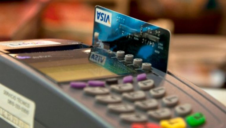 Las condiciones para comprar con tarjetas de crédito serán modificadas. (Foto Prensa Libre: elonce.com)