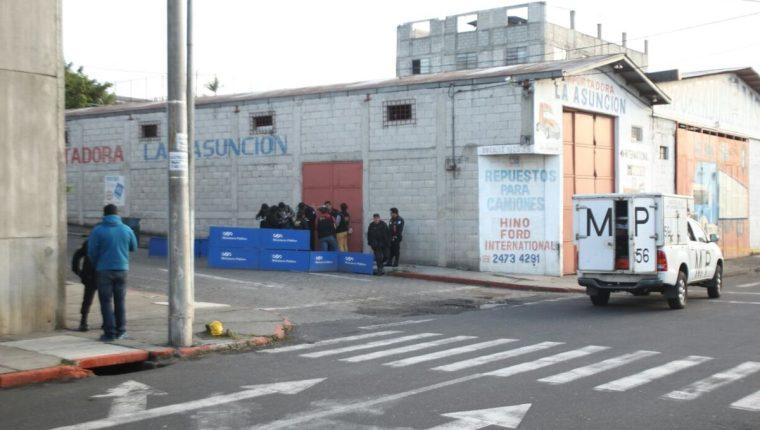 Una unidad de recolección de evidencias del MP trabaja en la zona 8, donde murió un hombre a balazos. (Foto Prensa Libre: Érick Avila)