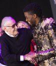 El lunes Stan Lee apareció en la alfombra roja del estreno de la película Pantera negra, y el miércoles fue hospitalizado de emergencia, lo que alarmó a sus seguidores. (Foto Prensa Libre: AFP)