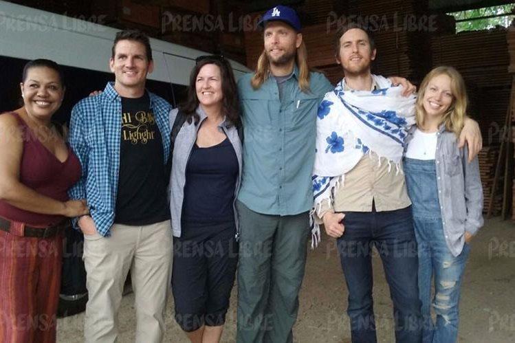 James Valentine y Jesse Carmichael, de Maroon 5 (con gorra y chalina) se encuentran en Petén y el domingo visitarán Tikal. (Foto Rigoberto Escobar)