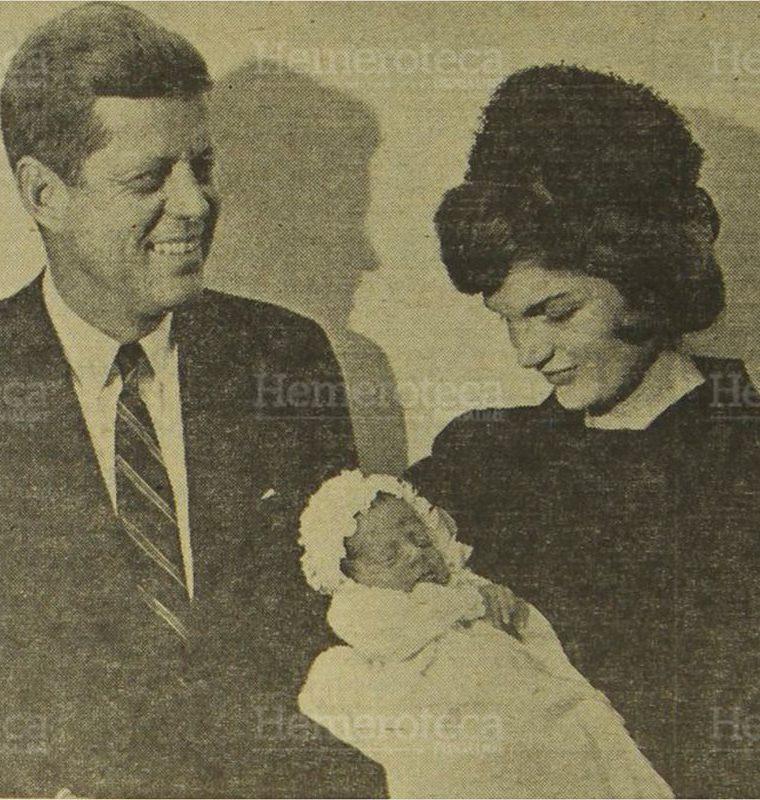 El presidente John F. Kennedy, aparece al lado de su joven esposa, la señora Jacqueline Kennedy, quien sostiene en brazos al segundo hijo de ambos John, el día que fuera bautizado. (Foto: Hemeroteca PL)
