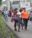 Familias evacúan ante el riesgo de más desastres por el flujo volcánico. (Foto Prensa Libre: Erick Avila)