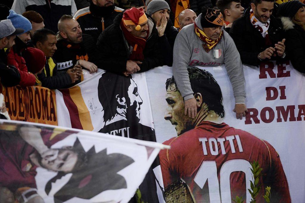 La afición de la Roma muestra su cariño y respeto por Francesco Totti. (Foto Prensa Libre: AFP).