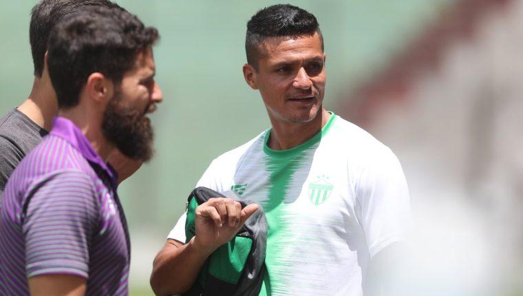 Jairo Arreola sale del estadio Pensativo, después de haber finalizado el entrenamiento respectivo de este jueves. (Foto de Francisco Sánchez).