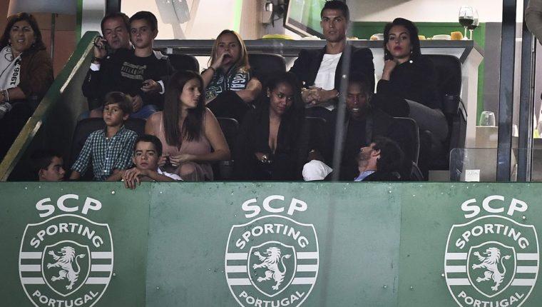 Cristiano Ronaldo y su novia Georgina Rodríguez observa el encuentro entre el Sporting CP y el Tondela en el estadio Jose Alvalade. (Foto Prensa Libre: AFP)