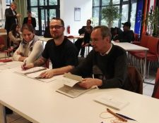 Mesa de votaciones instalada en la Universidad de Artes de Berlín. (Foto Prensa Libre: Isaac Ramirez)