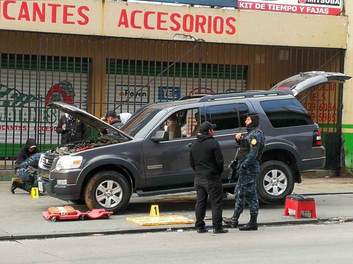 Operativo policial en el km 54 de la Ruta Interamericana, Chimaltenango, donde hallaron droga. (Foto Prensa Libre:)