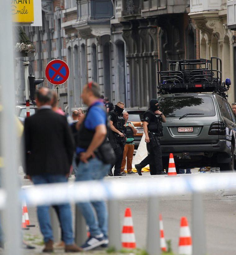 Efectivos de la Policía investigan la escena de la balacera en Lieja, Bélgica. (EFE).
