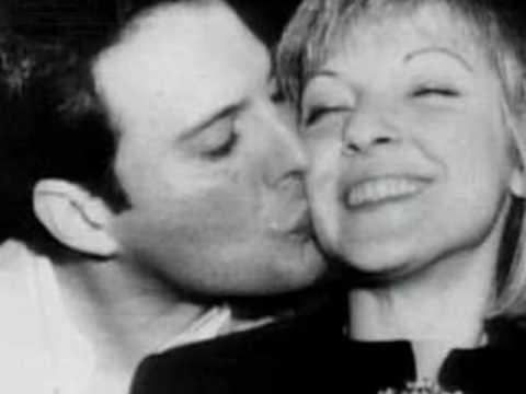 Freddie Mercury junto a Mary Austin, el amor de su vida (Foto Prensa Libre: Pinterest).