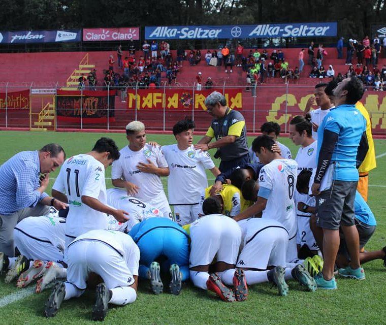 Los jugadores de la especial de los cremas agradecieron al final del partido. (Foto Prensa Libre: Facebook Juveniles GT)