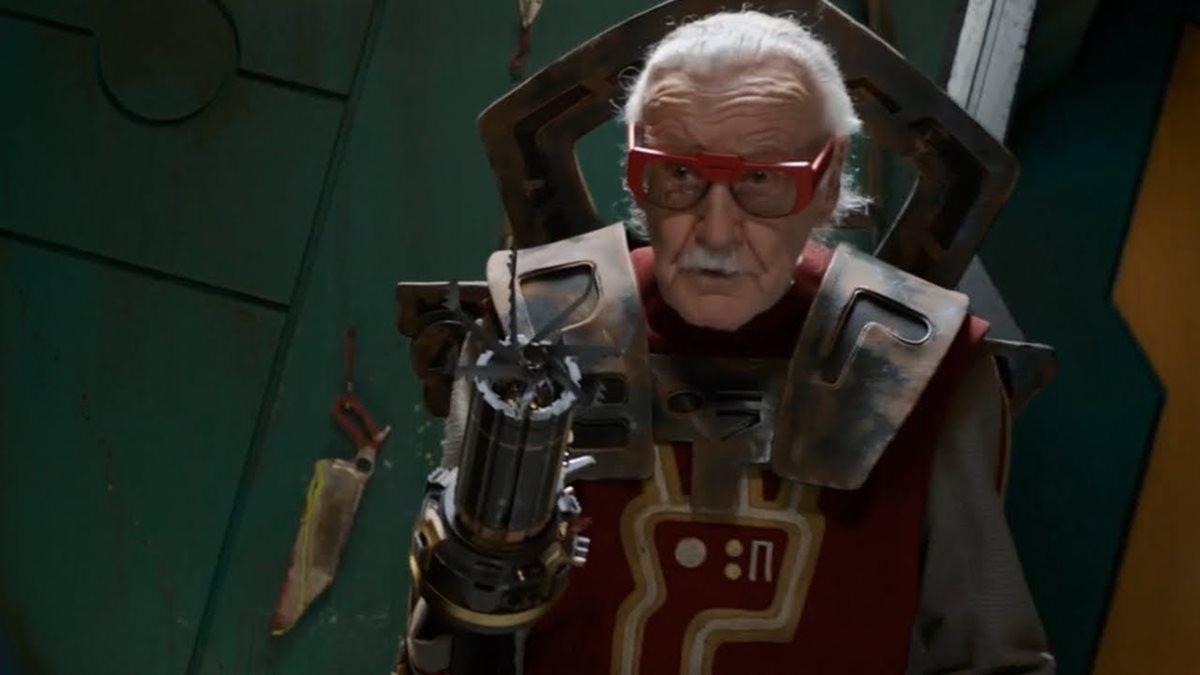 Stan Lee, en Thor: Ragnarok (2017), uno de sus varios cameos con Marvel (Foto Prensa Libre: Marvel Studios / Disney).