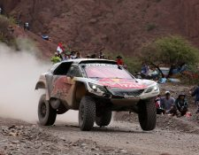 El francés Sebastien Loeb (Peugeot) firmó este viernes su segunda victoria en autos en el Rally Dakar 2017 al imponerse en la quinta etapa entre las ciudades bolivianas de Tupiza y Oruro (Foto Prensa Libre: EFE)