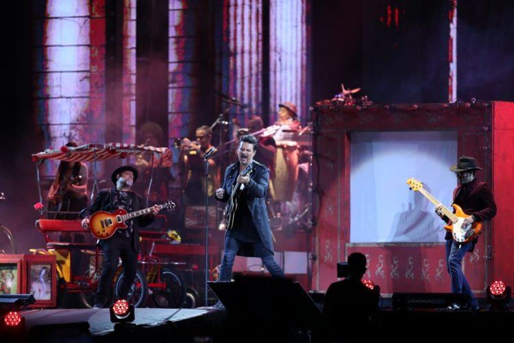 El concierto comenzó con puntualidad y con las canciones más emblemáticas del cantautor.