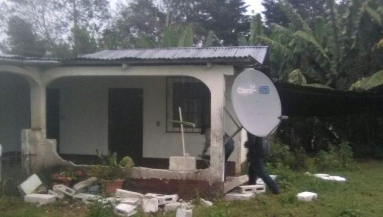 Una casa de la familia Gómez, construida de block, apareció destruida en diciembre del año pasado. Se desconoce de donde provienen los ataques. (Foto Prensa Libre: Cortesía)