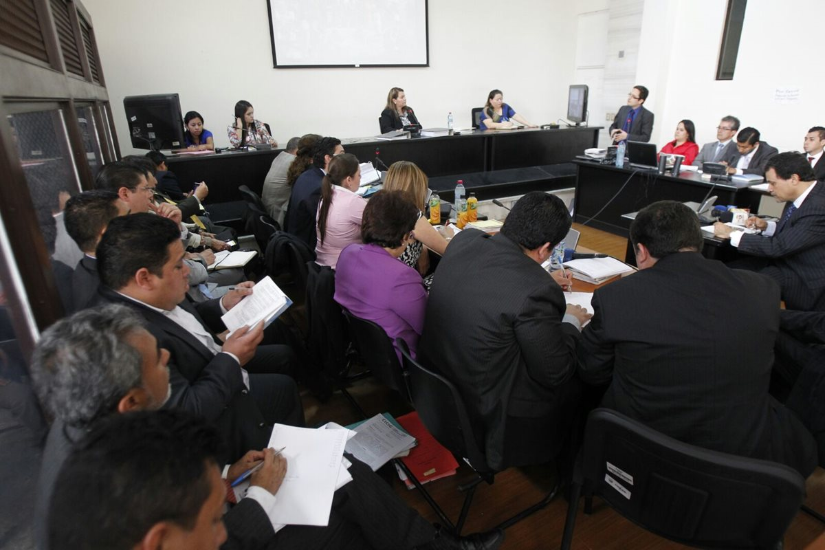 En desarrollo la audiencia de primera declaración de los 11 implicados en la red de corrupción en el IGSS (Foto Prensa Libre: Paulo Raquec).