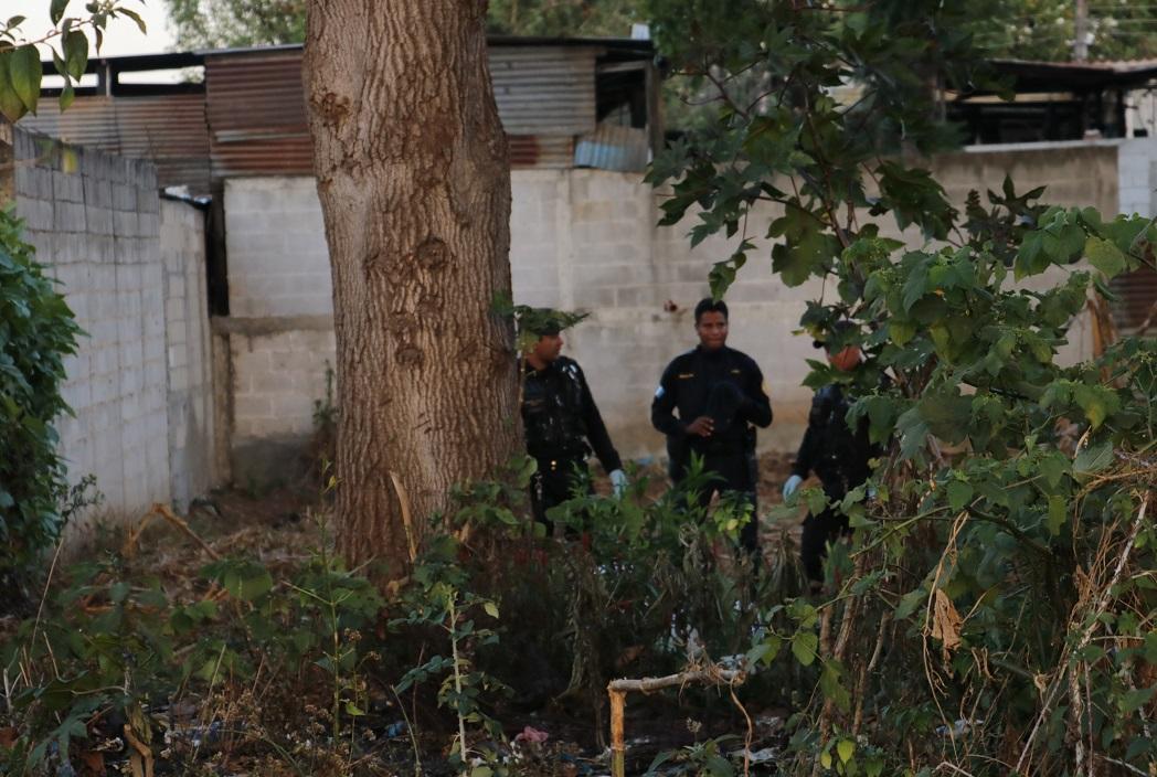 El cuerpo de la víctima fue hallado en un terreno baldío, en la 1 avenida final de la zona 2, en la cabecera de Chimaltenango. (Foto Prensa Libre: Víctor Chamalé)