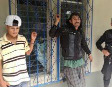 Los capturados son sindicados de haber tomado por asalto una escuela en Santa Cruz Naranjo. (Foto Prensa Libre: Oswaldo Cardona)