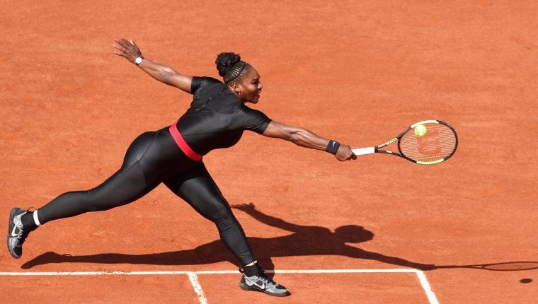 La tenista estadounidense Serena Williams devuelve la bola a la checa Karolina Pliskova durante su partido de primera ronda del torneo de tenis de Roland Garros. (Foto Prensa Libre: EFE)
