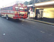 Lugar donde se registró el ataque armado contra el piloto de un bus en San Raymundo. (Foto Prensa Libre: Bomberos Voluntarios).