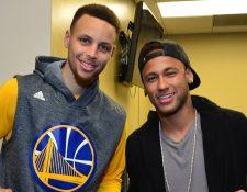 Stephen Curry y Neymar posan para las cámaras. (Foto Prensa Libre: Redes Sociales)