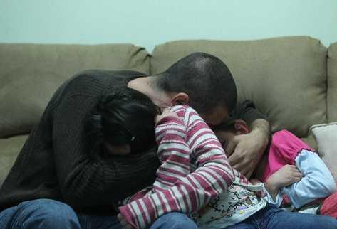 Jimena y Rita lloran junto a su padre, Pablo Piloña, cuando relatan la violencia de la cual fueron víctimas por parte de su progenitora, con quien temen regresar.