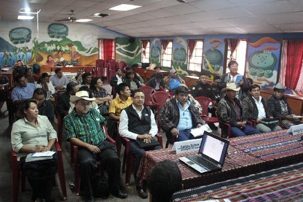 Líderes de las alcaldías indígenas  escuchan informe presentado por Asíes, en Sololá.