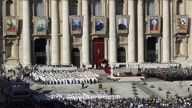 En la fachada de la Basílica de San Pedro se ven las fotos o ilustraciones de los siete nuevos santos. (Foto Prensa Libre: AFP)