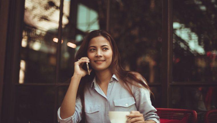 El uso del teléfono celular deja algunas consecuencias en la piel (Foto Prensa Libre: servicios).