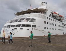 Turistas del crucero Silver Wind llegan a la Terminal de Cruceros en Izabal. (Foto Prensa Libre: Dony Stewart)