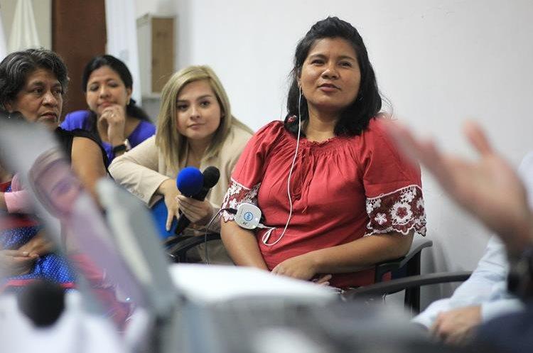 Paula Eloisa Véliz – derecha – muestra emoción al momento en que escucha los primeros sonidos. (Foto Prensa Libre: Esbin García)
