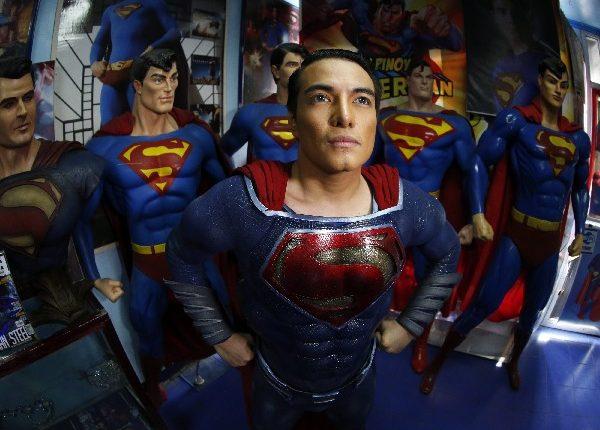 En su casa, Chavez tiene una colección de Superman. (Foto Prensa Libre: EFE)