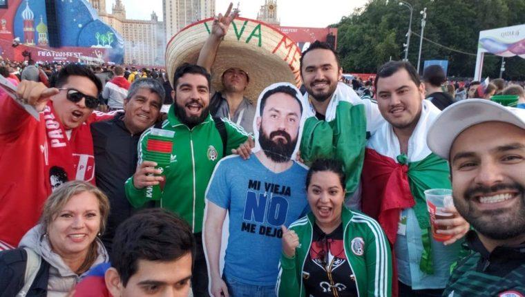 """Los tripulantes de """"La Bendición"""" posan junto a otros aficionados mexicanos y sostienen la gigantografía de Javier Flores. (Foto Prensa Libre: Página web Tendencias)"""