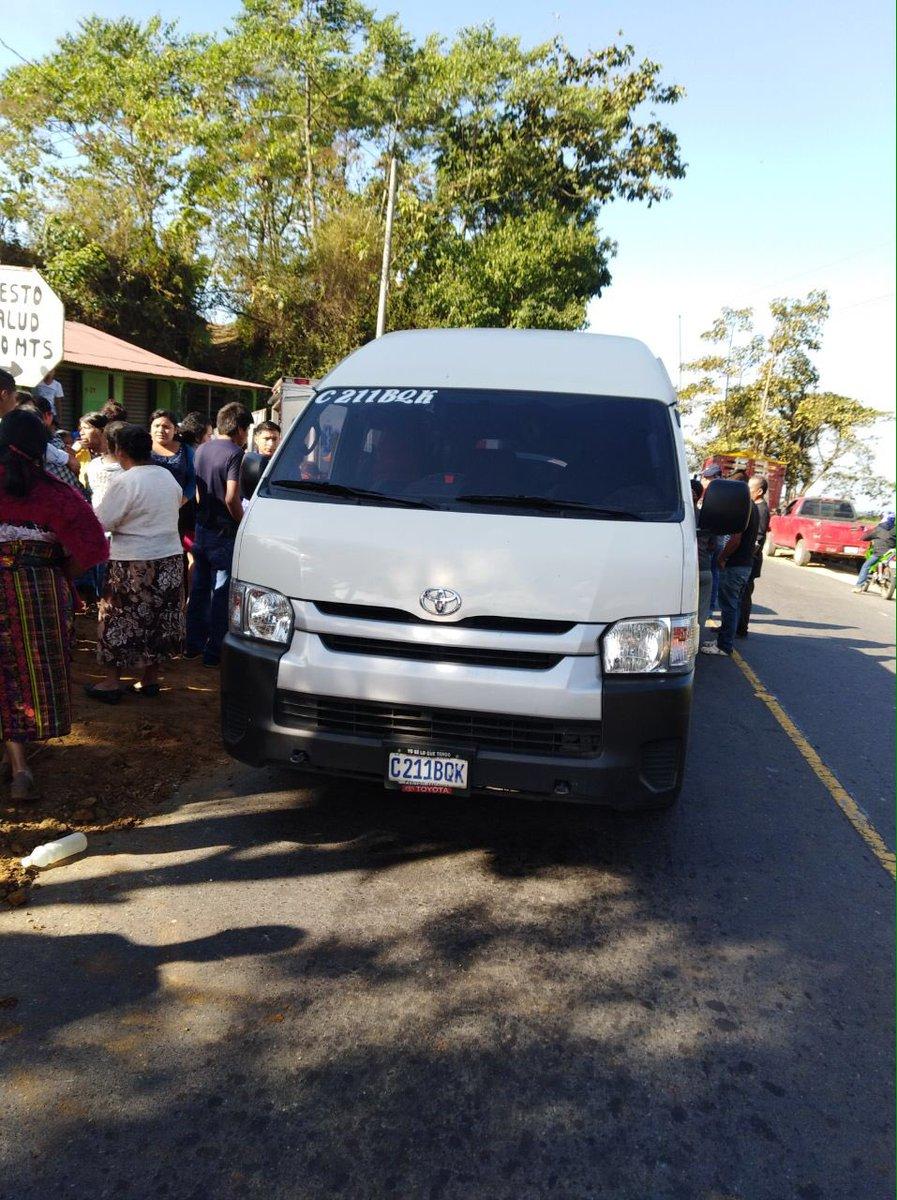 El microbús atacado a balazos cubría la ruta entre Coatepeque y Xela, Quetzaltenango. (Foto Prensa Libre: Bomberos Voluntarios)