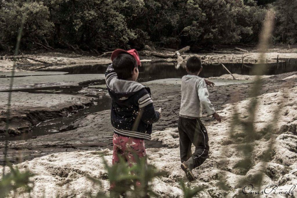 Niños de lugares cercanos conducen a turistas por el lugar.