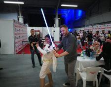 El actor canadiense Shawn Ashmore interactúa con los asistentes al XPO Comicon (Foto Prensa Libre: Pablo Juárez).