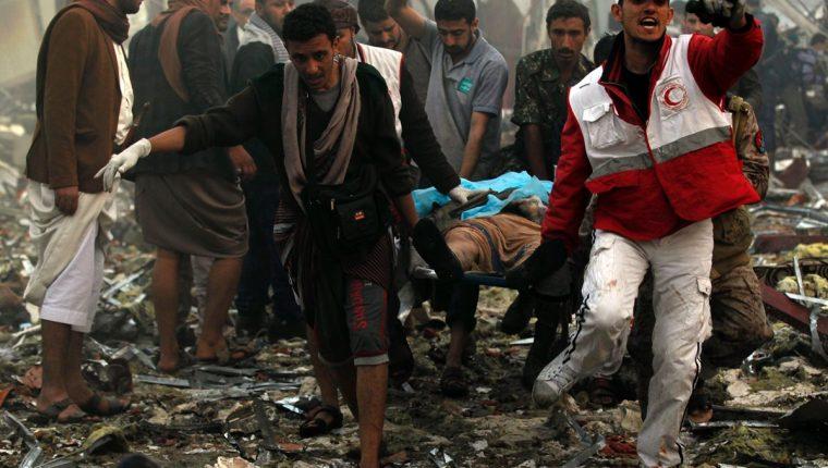 Socorristas trasladan el cadáver de una de las víctimas en Saná, Yemen. (Foto Prensa Libre: AFP).