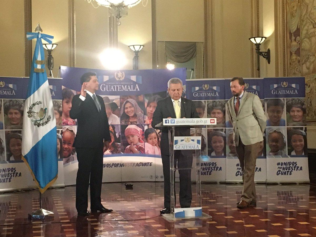 Secretario de la Presidencia juramentó a Byron Alejandro Monterrosa, nuevo presidente de la Junta Directiva de la Portuaria Santo Tomás de Castilla. (Foto Prensa Libre: Guatevisión)