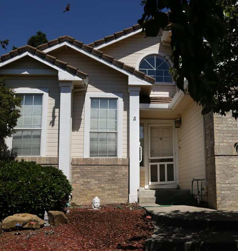 El frente de la casa donde presuntamente torturaron y abusaron 10 niños en Fairfield, California.(AFP).