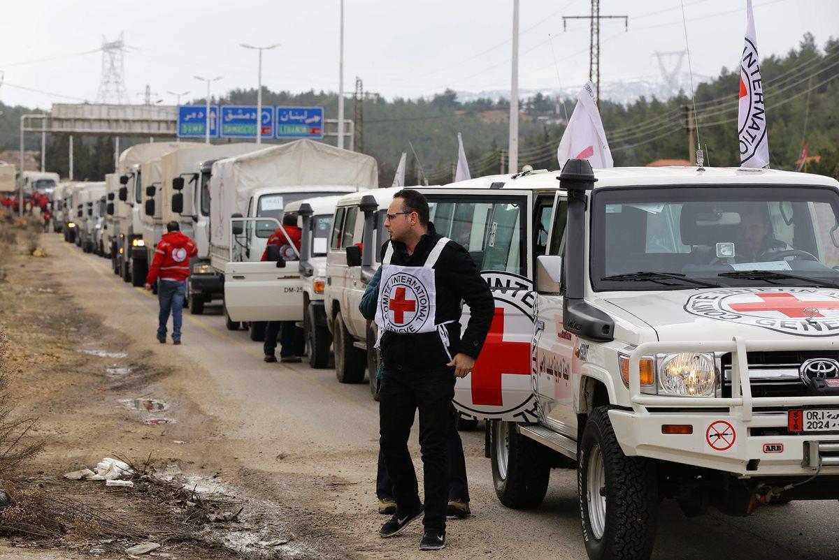 Vehículos de la Cruz Roja Internacional llevan ayuda humanitaria a varias ciudades sirias. (Foto Prensa Libre: AFP).
