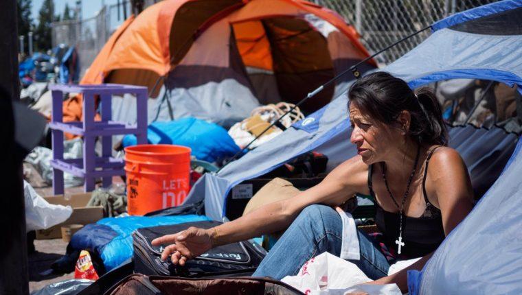 Michele Salcedo se prepara para dejar su carpa en un campamento de personas sin techo en el Condado de Orange, LosÁngeles.(Foto Prensa Libre:EFE).