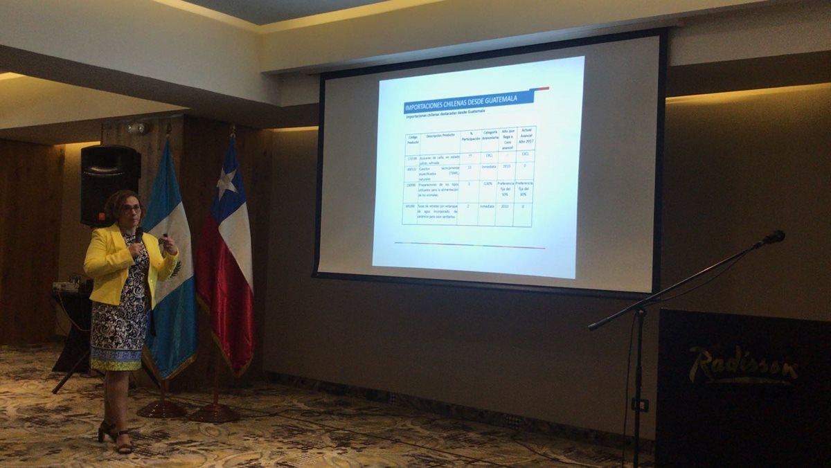 Silvana Gattini, jefe del departamento América del Norte, Central y Caribe de Pro Chile presentó las oportunidades comerciales entre ambos países. (Foto Prensa Libre: Cortesía Mineco)
