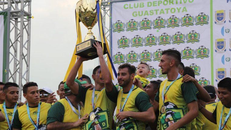 Carlos Gallardo levantó su sexto título en Liga Nacional. (Foto Prensa Libre: Hugo Oliva)
