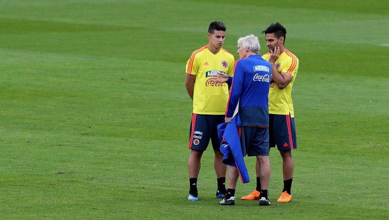 James Rodríguez y Radamel Falcao conversan con el técnico José Pekerman. (Foto Prensa Libre: AFP)