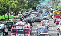 Largas filas de vehículos se observaron este fin de semana en la calzada Roosevelt y 32 venida hacia el occidente de la ciudad de Guatemala.  FOTO: Álvaro Interiano.    06/12/2015