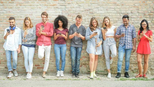 Los teléfonos inteligentes han permitido conectar a personas separadas por kilómetros de distancia y acceder a aplicaciones de bajo costo que ayudan en el aprendizaje de una lengua. (GETTY IMAGES)