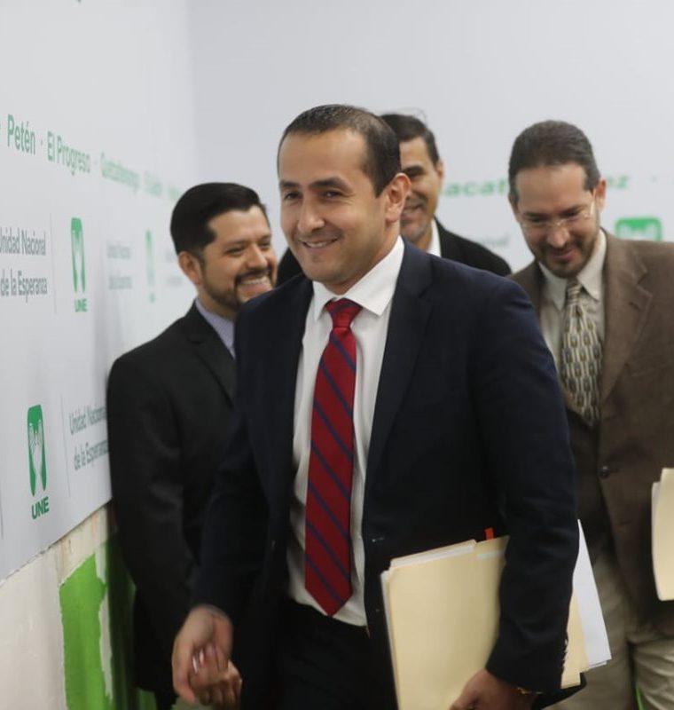Luis Chang, ministro de Energía y Minas al salir de citación en el Congreso de la República donde confirmó las denuncias contra representantes de varias gasolineras. (Foto Prensa Libre: Érick Ávila)